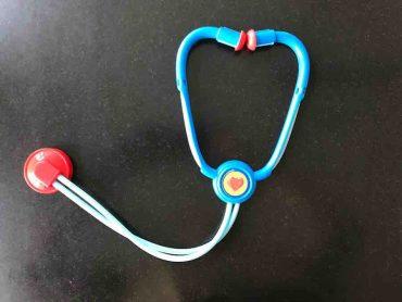 Ein blau-rotes Stethoskop aus dem Doktor-Spiel-Koffer für Kinder
