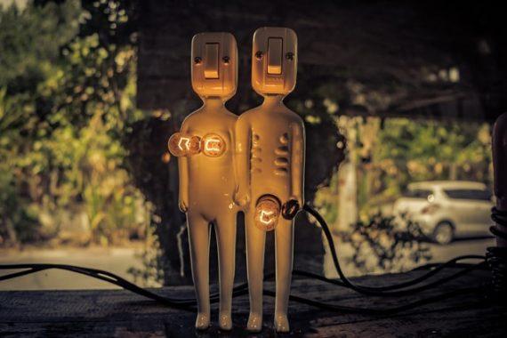 Porzellanfiguren mit Glühbirnen statt Brust und männlicihes Genital stehen für das Elektrisierungspotenzial von Pornografie.