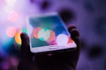 Handy mit Lichtreflexen