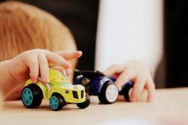 Kind spielt mit Spielzeugauto.